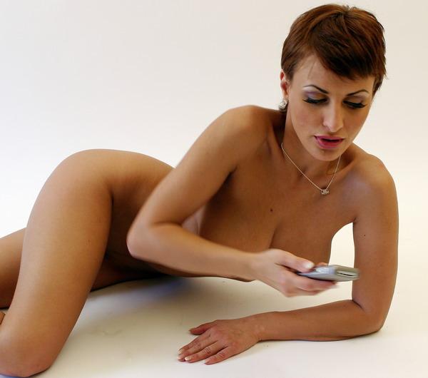 Nicole fickt am Telefon